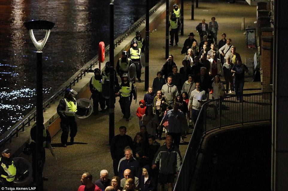 Terrível: no entanto, o concerto foi particularmente marcante quando aconteceu 24 horas depois de um ataque terrorista em Londres, que viu uma camionete branca cortar pedestres na ponte de Londres antes que os atacantes embarcaram em um frenesi esmagador em Borough
