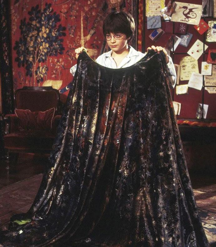 Por baixo do pano: Harry Potter se livrou de várias graças a sua capa (Foto: Reprodução)