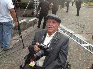 Con 89 años, Francisco Coto busca captar una buena imagen de Obama. CRH