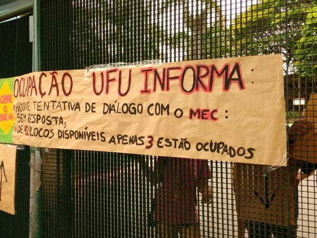 ENEM 2016 Uberlândia (MG) Ocupantes da UFU colaram cartaz em campus da universidade  (Foto: Mário Brandani/G1)