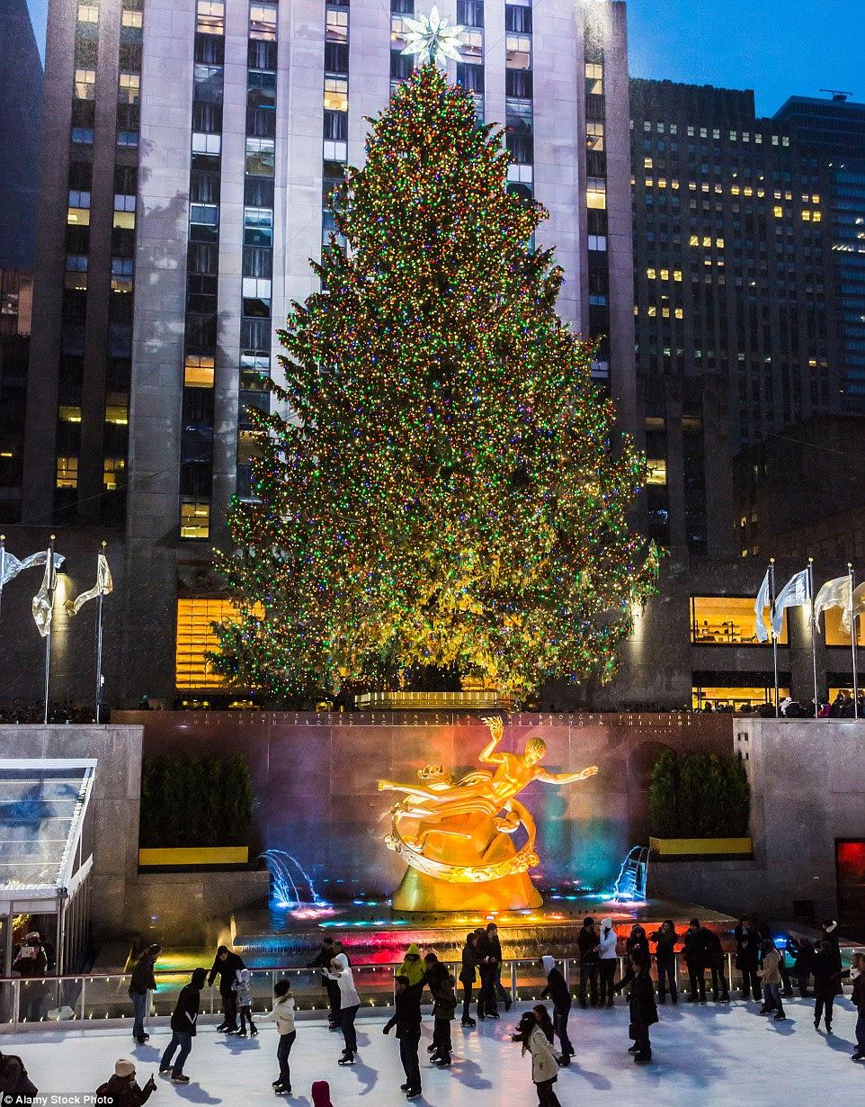 O famoso 78-pé árvore Rockefeller Edifício pesa um enorme dez toneladas e é iluminada por luzes 45.000