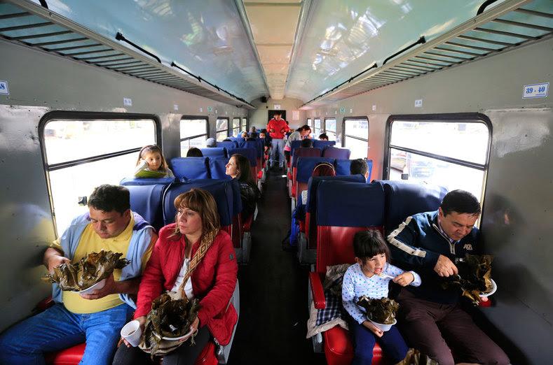 """Uma família colombiana come tamales enquanto montam um """"La Sabana"""" trem turístico em Bogotá, Colômbia, 01 de março de 2015."""