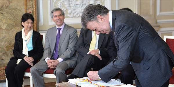 El presidente Juan M. Santos firmó ayer los 21 decretos únicos que tumbaron más de 10.000 normas arcaicas.
