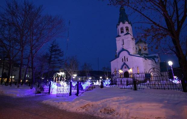 Igreja em que o crime ocorreu é vista na noite deste domingo (9) (Foto: AFP)