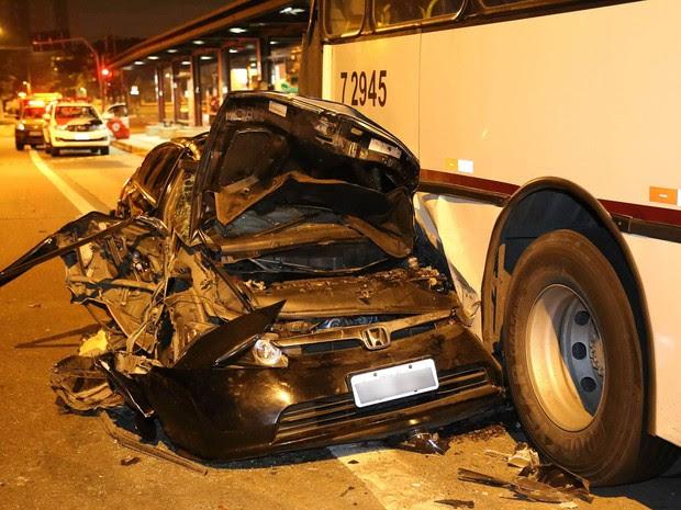 Acidente grave na Estrada de Itapecerica nesta quarta-feira (Foto: EDISON TEMOTEO/FUTURA PRESS/ESTADÃO CONTEÚDO)