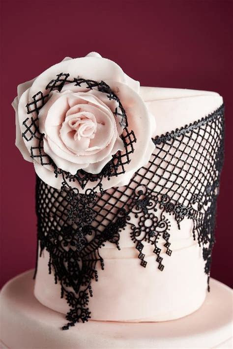 Tips for Working With Edible Lace for Cakes