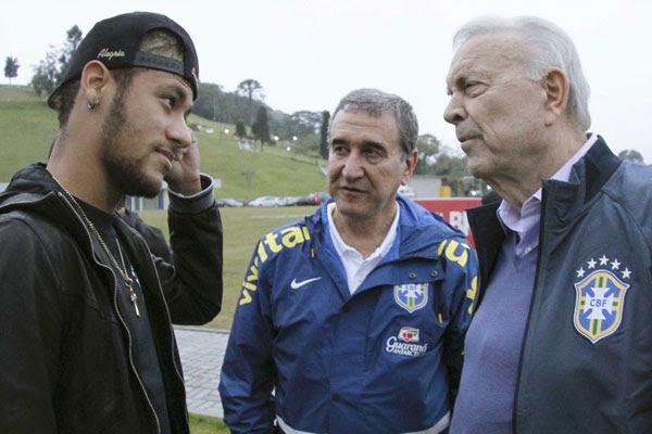 Neymar foi recebido por comissão técnica e presidente da CBF