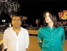 """O Jornalista Martin Bashir e Michael Jackson em cena de """"Living With Michael Jackson"""""""