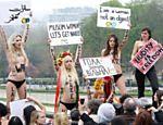 Ativistas ucranianas (Femen) protestam no Trocadero (Paris) contra o que elas chamam de política contra mulheres do Islã; a intenção e chamar as mulheres muçulmanas para combater as leis da Sharia