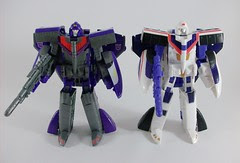 Transformers Astrotrain Classic Henkei - modo robot vs. versión Hasbro