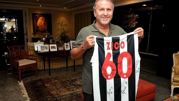 Zico com camisa da Udinese autografada (Foto: André Durão / Globoesporte.com)