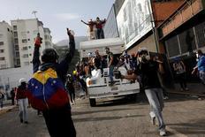 Manifestantes protestam contra Maduro em Caracas  31/5/2017     REUTERS/Carlos Garcia Rawlins