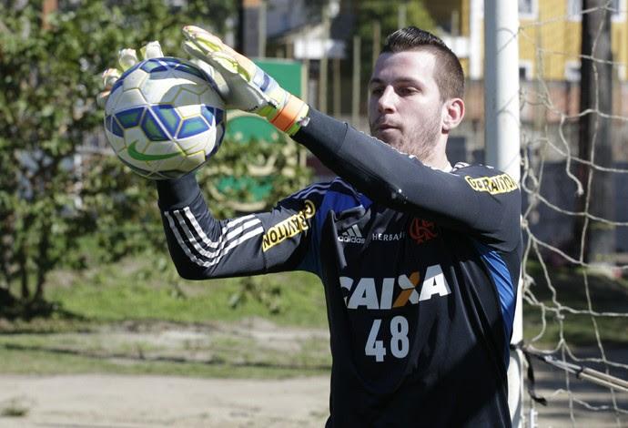 Paulo Victor treinou no campo nesta sexta-feira (Foto: Gilvan de Souza / Flamengo)