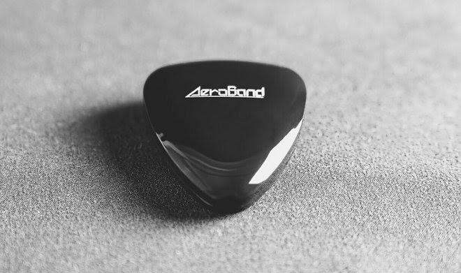 Крошечный гаджет PocketGuitar научит вас играть на гитаре, даже если у вас нет инструмента