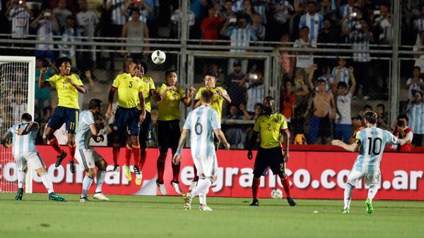 Messi ejecutó y en instantes la pelota vencerá a Ospina (AP)
