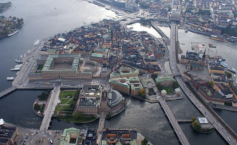 Gamla stan och Helgeandsholmen i september 2012, vy mot syd. I förgrunden skymtar Gustaf Adolfs torg, i bildmitt dominerar Riksdagshuset och Stockholms slott. Till höger syns Centralbron och en del av Riddarholmen. Längst bort i bakgrunden märks Slussen.