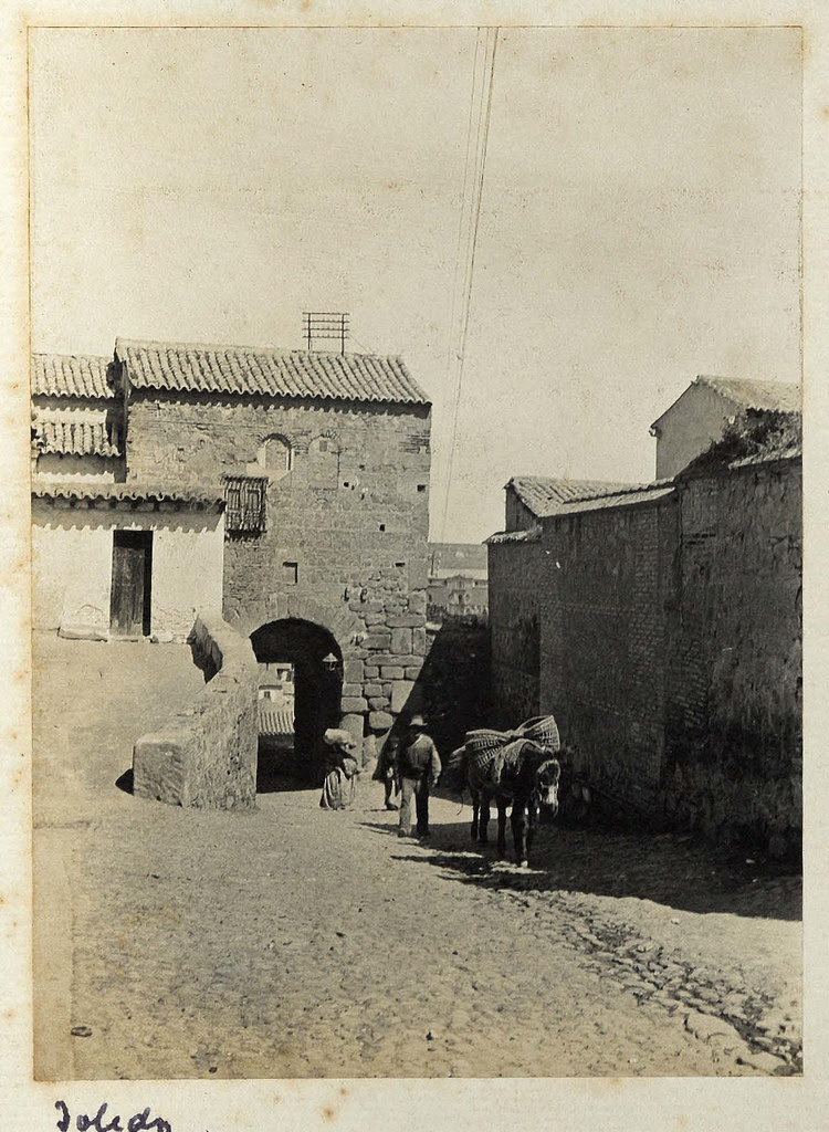 Puerta de Valmardón y Mezquita del Cristo de la Luz (entonces tapada por casa del santero) hacia 1890. Casa de los Tiros, Granada.