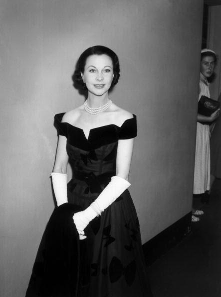 Vivien Leigh, 1950, e uma senhora não identificada à espreita