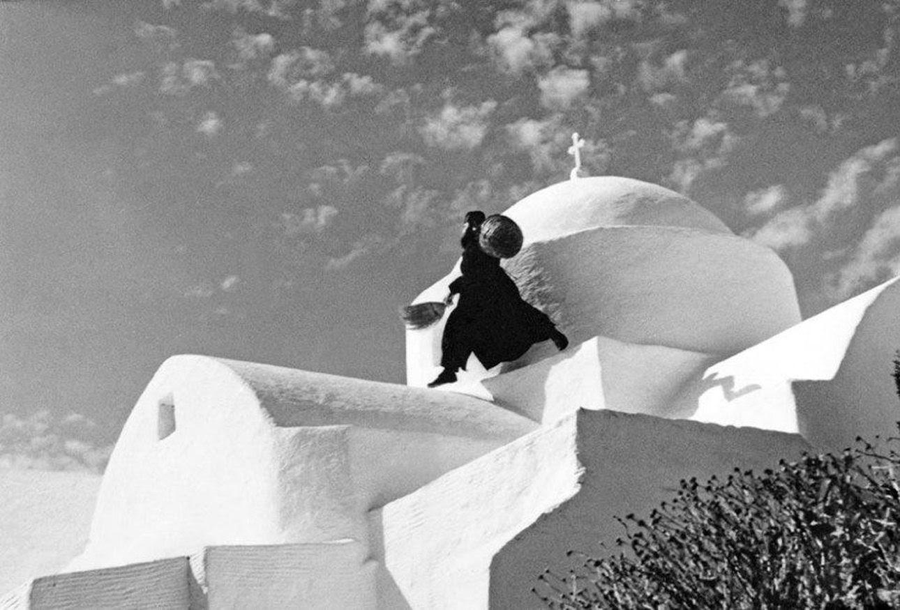 Δρασκελώντας τον τρούλο της Μονής Αντωνίου στην Πάρο, τη δεκαετία του '70