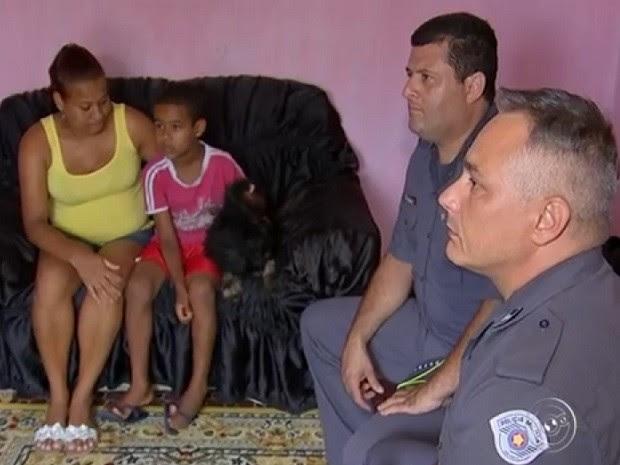Policiais foram se encontrar com o menino atropelado (Foto: Reprodução TV TEM)