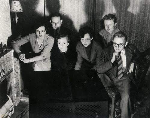1950s family watching tv