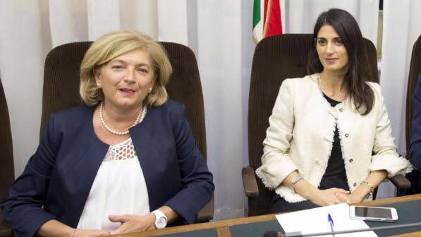 """Campidoglio, Paola Muraro indagata: """"L'ho saputo a luglio"""". Raggi: """"Vertici del M5S erano informati"""""""