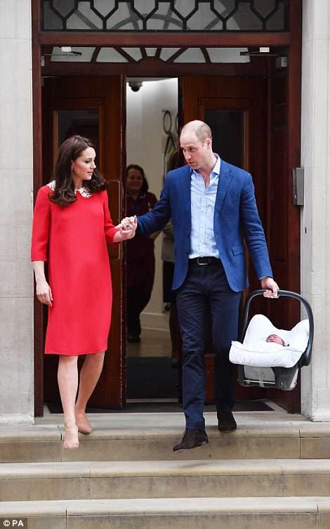 Los dos se tomaron de las manos mientras se preparaban para llevar al bebé a casa desde el hospital