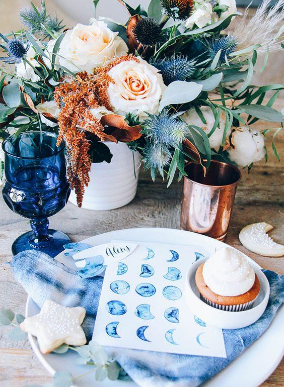 indigo Servietten, Platzkarten und Gläser für eine kreative und mutige tablescape