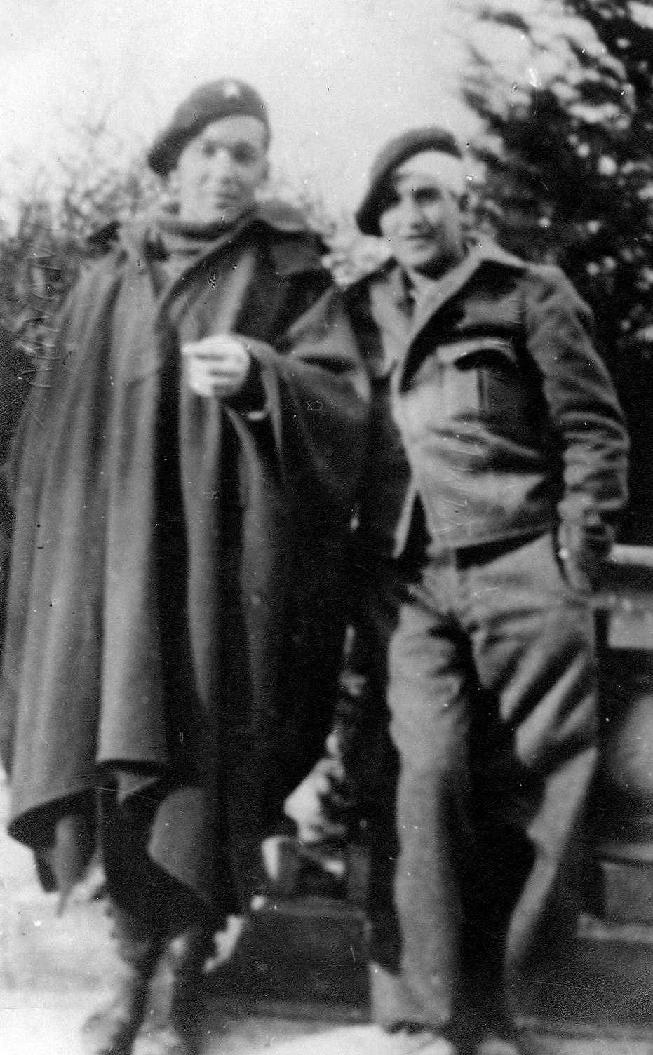Elio Vimini (amb una bena al cap) amb Arturo Zanoni durant la guerra d'Espanya