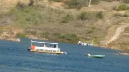 Barcos fazem busca no rio