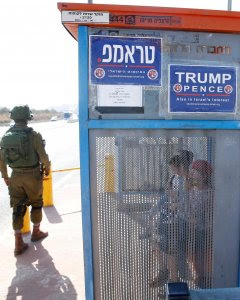 Soldados israelíes al lado de una parada de autobús con carteles de la rama israelí del Partido Republicano de EEUU a favor de Donald Trump, cerca del asentamiento judío de Ariel en Cisjordania. REUTERS / Baz Ratner