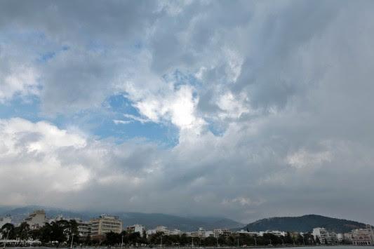 Συννεφιά... παντού - Καταιγίδες το μεσημέρι