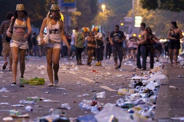 An der Street-Parade liegt nicht nur Abfall der Party am Boden: Müll nach der grössten Freiluft-Party der Schweiz.