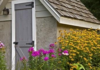 hochwertige baustoffe dachdecken eines gartenhauses. Black Bedroom Furniture Sets. Home Design Ideas