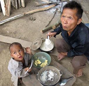 Bữa cơm  của bố con ông A Páo ở trước hang đá Mông Ân. Source Laodong.com