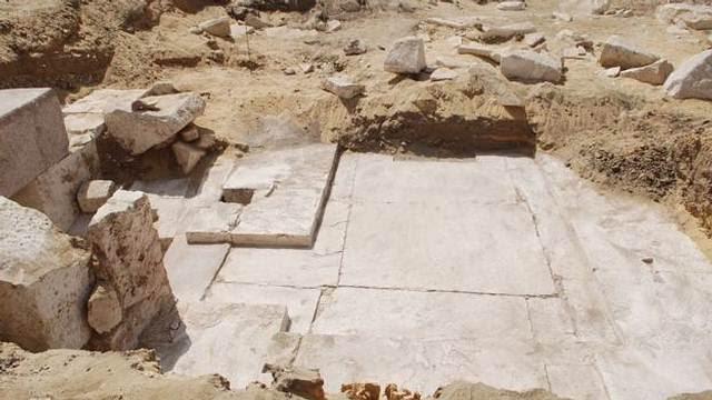 Los arqueólogos requieren hacer más excavaciones para determinar la altura original de esta pirámide descubierta.