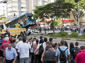 Ônibus subiu sobre veículo com a batida na zona sul