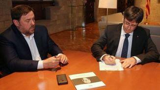 Carles Puigdemont i Oriol Junqueras firmant la notificació