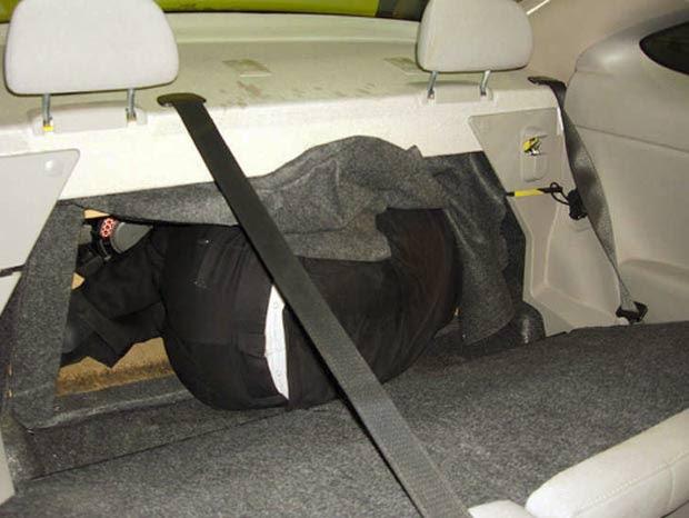 Imigrante ilefal foi encontrado escondido atrás de banco de veículo. (Foto: Reprodução/BCP)
