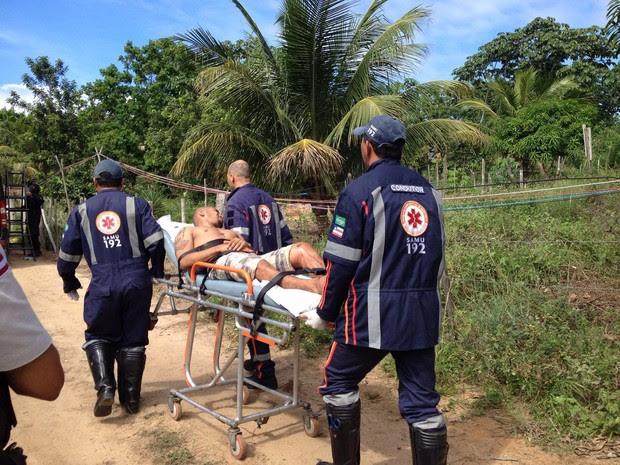 Criminoso deixou local em uma maca (Foto: G1 Bahia)