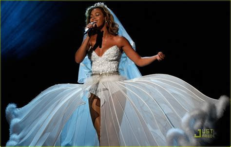 Beyonce's Wedding Dress    BET Awards Performance Video