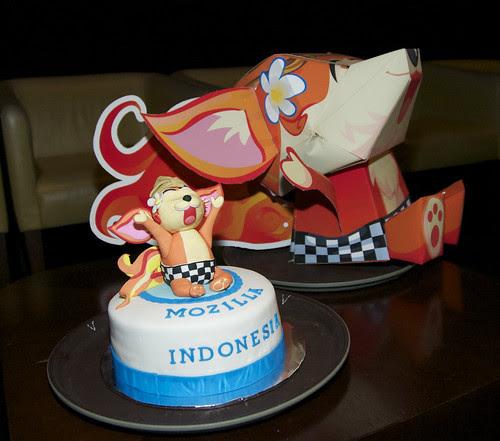 'Kumi' Indonesian Mozilla fox mascot, cake & papercraft
