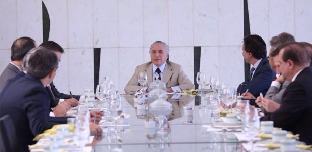 18.mai.2016 - O presidente interino Michel Temer (PMDB) com líderes do Senado em Brasília