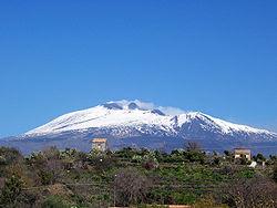 L'Etna visto da sud - Belpasso, 600 metri s.l.m. Il vulcano è soggetto a continui cambiamenti morfologici dovuti all'attività dello stesso.