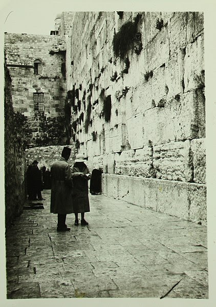 File:Historical images of the Western Wall - 1920 C SR 016b.JPG