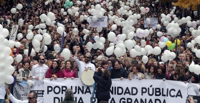 Manifestación en Granada, en protesta por las fusiones hospitalarias que tiene programada la Junta de Andalucía, con el doctor Jesús Candel, conocido como 'Spiriman', en la cabecera de la marcha. EFE/PEPE TORRES