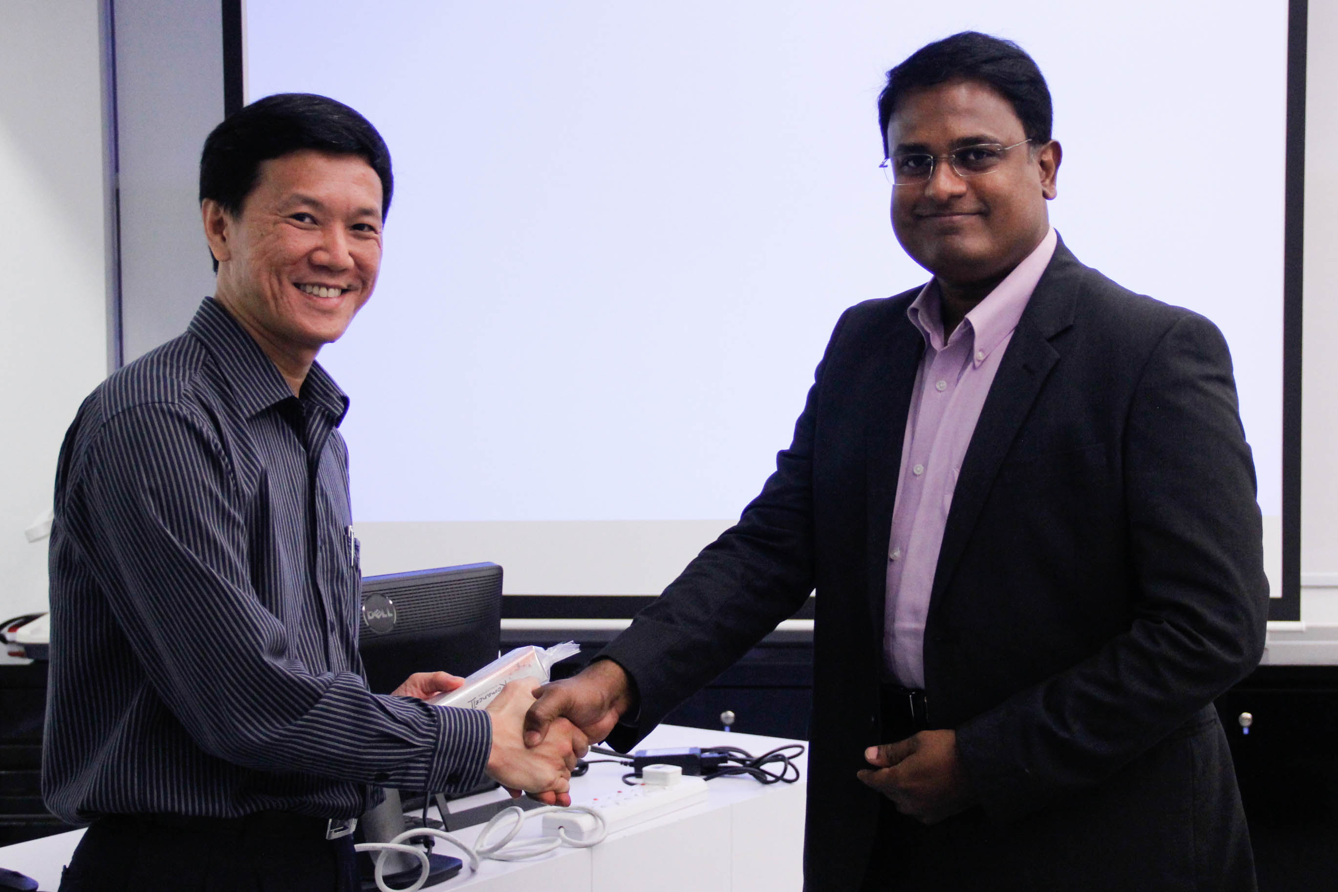 Mr Liew presenting a token of appreciation to Mr Sheik