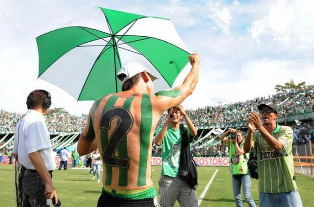 Fanatismo: torcedor tatua camisa do time em tamanho real 09