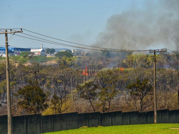 Aeronave faz pouso forçado fora da pista e provoca incêndio em São José (Foto: Lucas Lacaz Ruiz/A13)