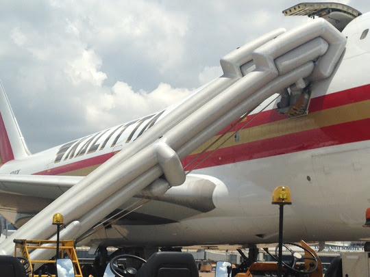 Cầu phao của máy bay hãng Kalitta Air bị bung ra ở phi trường Tân Sơn Nhất. (Hình: Người Lao Động)